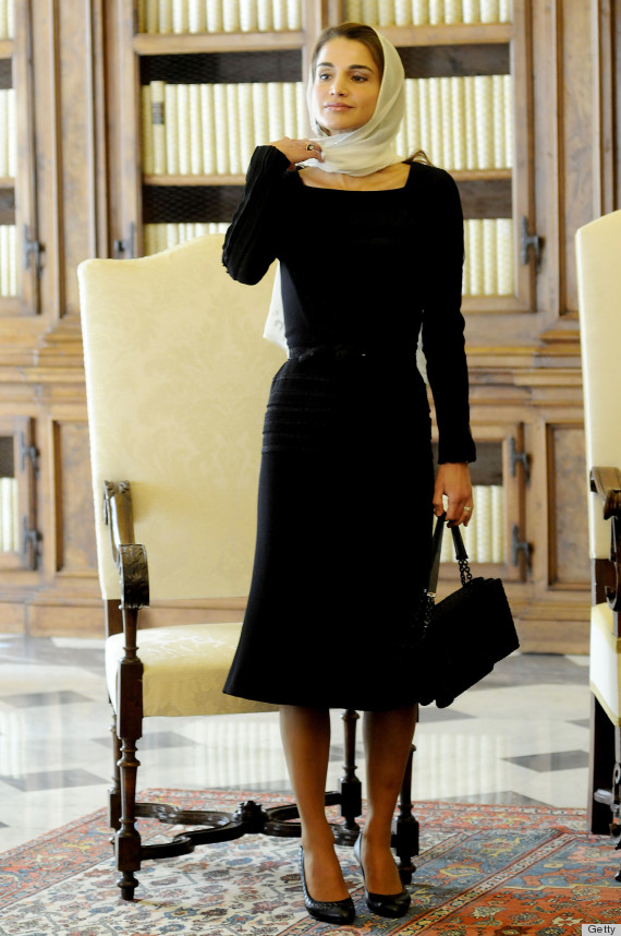 VATICAN CITY, VATICAN - AUGUST 29:  Queen Rania of Jordan during a meeting with Pope Francis at the Pope's private library on August 29, 2013 in Vatican City, Vatican. The Pope was expected to talk about Jordan's sheltering of those fleeing the civil war in neighboring Syria. (Photo by Vatican Pool/Getty Images)